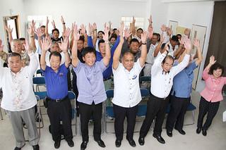 万歳を三唱して西銘恒三郎氏の当選を喜ぶ支持者ら=23日午後、平得の選対事務所