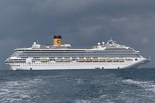 石垣島に2539人を乗せて初めて寄港した「コスタ・フォーチュナ」=24日午前、石垣島沖