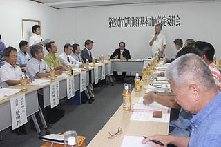 第1次計画の実施状況を確認した第2次竹富町海洋基本計画の第1回策定委員会=26日午後、町役場小会議室