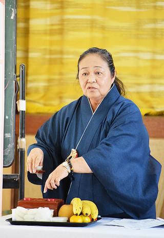 家庭での御願の手順などをアドバイスする小川喜美江さん=29日、石垣公民館