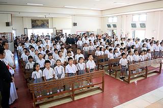 新校舎落成式典で校歌を斉唱する海星小学校の児童ら=3日午後、カトリック石垣教会