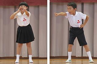 小学校低学年で最優秀賞に輝いた波照間小3年の寺尾紬君(右)と、黒島小3年の玉代勢ゆなさん=3日午後、新川小学校体育館