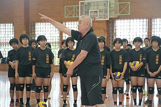石垣市内のバレーボール部員らに基本技術を指導する柳本晶一氏(中央)=5日午後、石垣第二中学校体育館