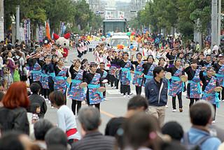 市民大パレードには37団体から約2000人が参加。沿道にも多くの市民が繰り出した=5日午後、JAおきなわ八重山地区本部前