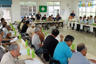 今期の製糖計画などを確認する原料委員ら=8日午後、石垣島製糖
