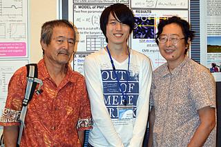 東アジア若手天文学者会議で研究内容を発表した箕田鉄兵さん(中央)。左は父親の俊晴さん、右は母親の律子さん=15日午後、アートホテル石垣島