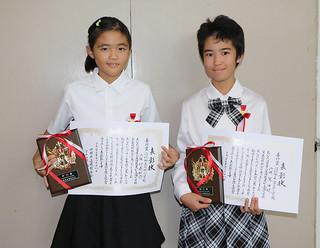 県善行児童に選ばれた比嘉桃花さん(左)と嵩田晄さん=18日午後、浦添市中央公民館