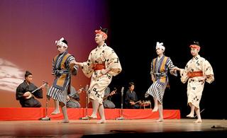神事「節祭(シチ)」で奉納される干立発祥の「フタデ村節」を披露する西表の生徒ら=18日午前、石垣市民会館大ホール