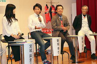 父親の貞美さん(中右)やフォトグラファーの飯島美和さん(左)を迎え、沖縄で初開催となった新城幸也さん(中左)のトークショー=23日午後、那覇市の沖縄産業支援センター