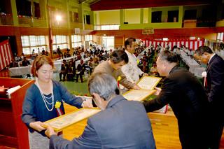 33個人13団体に感謝状が贈られた船浦中学校の創立60周年記念式典=26日午前、同校体育館