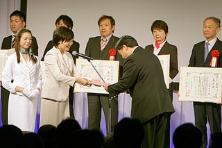 安倍会長から表彰される黒島研究所の若月所長=11月27日、帝国ホテル東京