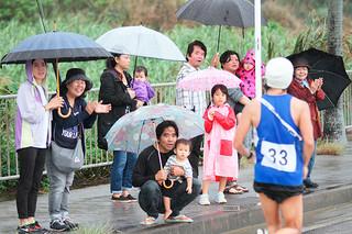 雨天にもかかわらず、沿道から温かい声援と拍手が送られた=富野近く
