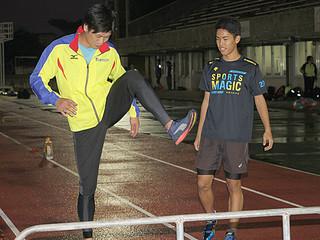 高校生らにハードルのこつを指導するヤマダ電機の増野元太選手(左)=6日夕、石垣市中央運動公園競技場
