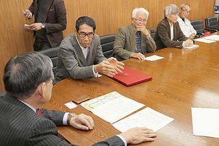 漢那政弘副市長に受賞を報告する干川明氏(左)=8日午後、市役所