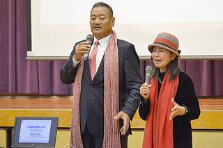 質問に答えるドゥルジァ・クマール・ライ氏(左)と、通訳の川端美和子さん=13日午前、八重農体育館