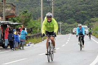 沿道の声援を受け、大自然のなかを笑顔で駆け抜ける参加者ら=17日、西表島