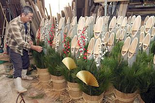 出荷を待つ門松。森井一美代表も飾り付けに大忙しだ=26日午後、森井農園