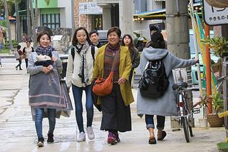 ひんやりとした空気の冷たさに、観光客も多めに服を着込んで外を歩いた=10日午後、市街地