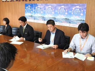 第16回石垣島マラソンの要項を発表する大会長の中山義隆市長ら(左から2人目)=15日午後、石垣市役所2階庁議室