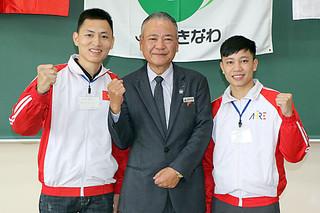 石垣市のパインアップル農家に派遣されるファン・ティエン・ズンさん(右)とチャン・アイン・ズンさん(左)=16日午前、宜野座村のJAおきなわ教育研修所