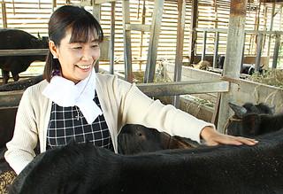 女性初の組合長として活躍する上地かおりさん=16日午後、字大川の黒島牧場