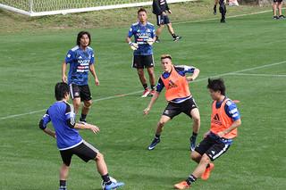 パス回しの練習をする横浜F・マリノスの選手ら=21日午前、サッカーパークあかんま
