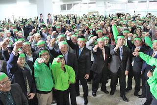市長選に向け、「頑張ろう」をする中山義隆氏(中央)と支持者ら=22日夜、後援会事務所