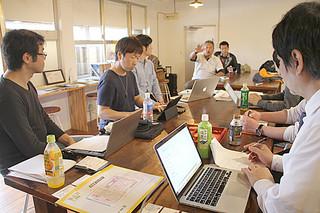 西表島での「ワーケーション」について意見を交わす実証事業の参加者ら=22日午後、西表島大原のシェアオフィス「パイヌシマシェア」