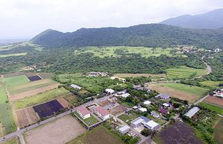 平得大俣の陸自配備候補地(中央付近)。市長選予定候補者の考えは三者三様となっている=2017年5月18日、開南地区上空から撮影