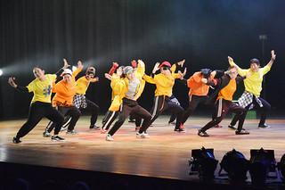 八重高ダンス部の第1回発表会でエネルギッシュなダンスを披露する部員たち=26日夜、市民会館大ホール