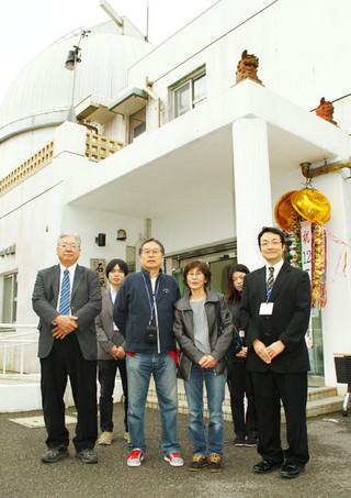12万人目の見学者となった田畑康次・洋子さん夫妻(中央)=27日午前、石垣島天文台