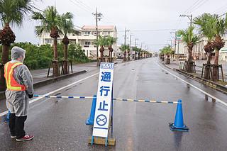 TSUTAYA石垣店南側敷地内の不発弾処理で、国道390号の一部が通行止めとなった=1日午前、同店付近