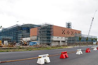 年度内の完成に間に合わなくなった建設中の新八重山病院=1日午後、真栄里旧空港跡地