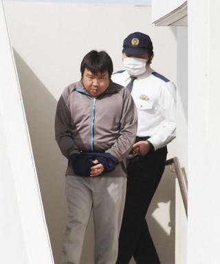 強盗殺人容疑で逮捕された容疑者。那覇地検石垣支部に送致される=12日午前、八重山署