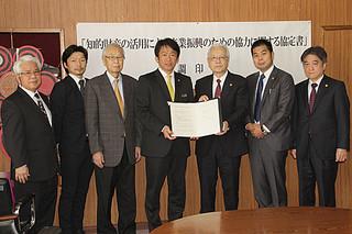 渡邉敬介会長(右から3人目)らが訪れ、石垣市と知的財産に関する協定を結んだ=13日午前、市役所庁議室