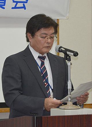 飲酒運転根絶宣誓書を読み上げる宮良永秀会長=15日午後、大浜信泉記念館