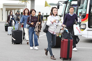 バスに乗り込む韓国人観光客=15日、南ぬ島石垣空港
