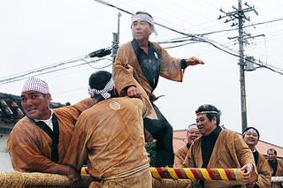 旧正月を迎え、大雨をものともせず盛大に行われた黒島東筋集落の伝統神事「大綱引き」=16日午後、伝統芸能館前