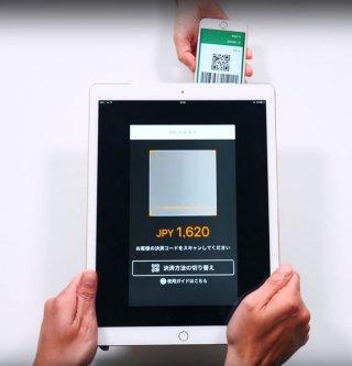 日本でも導入が拡大している中国の電子決済サービス「Wechat Pay」。決済時、店側のタブレット端末に表示された金額を客が個人QRコードをスマートフォンに表示して読み取る(ネオマーケティング提供)