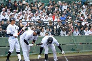 ロッテとラミゴ・モンキーズの交流戦に多くの観客が詰め掛けた=17日午後、市中央運動公園野球場
