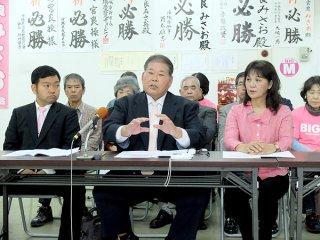 七つの柱と78項目の政策を発表する宮良操氏(右は妙子夫人、左は市議選予定候補者の花谷史郎氏)=17日午後、後援会事務所