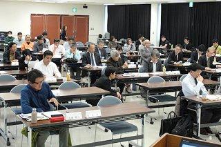第22回石西礁湖協議会に出席した委員ら。過去10年の再生事業の評価・検証を行った=18日午前、県八重山合同庁舎