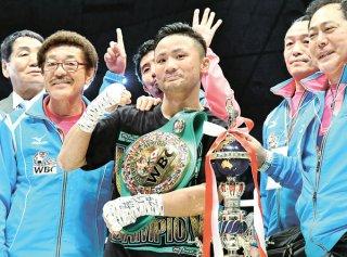15試合連続KO勝ちし、笑顔を見せるWBCフライ級王座の比嘉大吾(中央)。左は具志堅用高会長=4日、那覇市の県立武道館