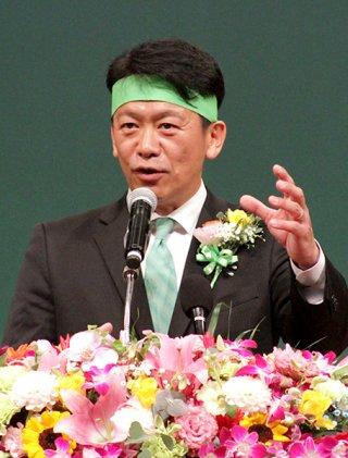 石垣市長選に向け決意を述べる中山義隆氏=22日夜、市民会館大ホール