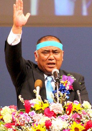石垣市長選に向け決意を述べる砂川利勝氏=23日夜、市民会館大ホール