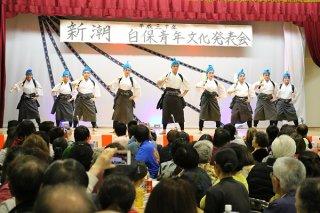 創作舞踊「東ぬ渡から」を舞う会員ら=24日夜、白保公民館