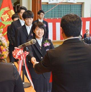 八重山農林高校の第80回卒業式で、山城聡校長(右)から卒業証書を受け取る卒業生=1日午前、同校