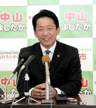 石垣市長選の当選から一夜明け、リラックスした表情を見せる中山義隆氏=12日午前、選対本部