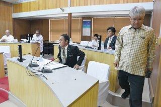外間町長が提出した副町長の人事同意案件の採決に際し退席する與那覇英作(右)、与那原繁(中央)の両町議=16日午後、議場