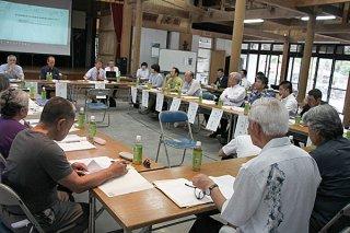 竹富島地域自然資産地域計画の答申に向けて、最終議論を交わす第3回協議会=20日午後、竹富島まちなみ館